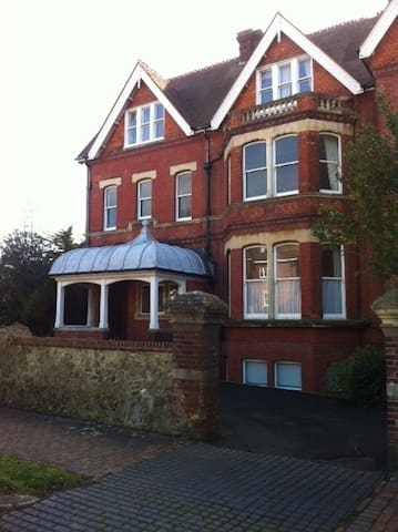 Bright single room close to sea - Eastbourne - Appartement