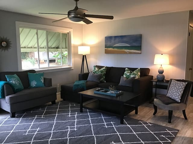 Walk to Paia Town 3 Bed/1Bath A/C bedrooms