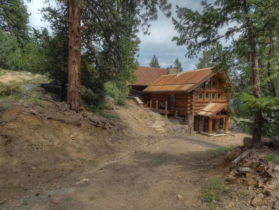 Mounticello Log Cabin - Perched on a high mountainside with spectacular views!