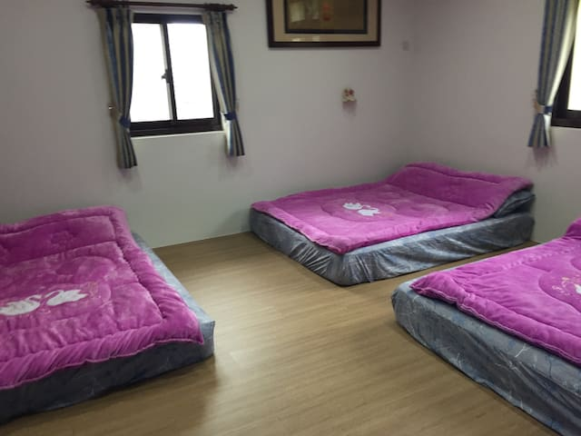 六人房共2間,一間為通舖式適合小孩,另一間為6人標準房型。盥洗用具需自備。2間房間共用一衛浴。