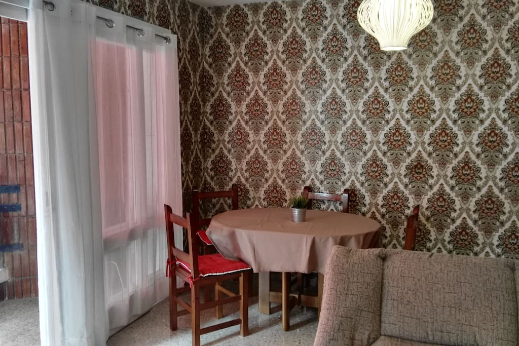 Mesa de comedor ampliable para 6 comensales, el salon esta independiente de las habitaciones.-