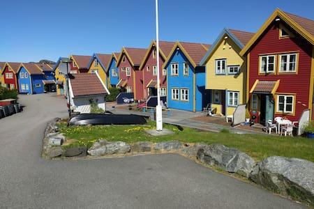 "Idyllic ""Rorbu"" by the ocean - Skogsvåg - Hus"