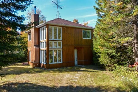 A great get-away for a couple, family, and friends - Sainte-Marguerite-du-Lac-Masson - Kisház