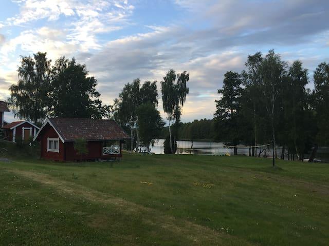 Egen stuga vid sjö med bad och kanot