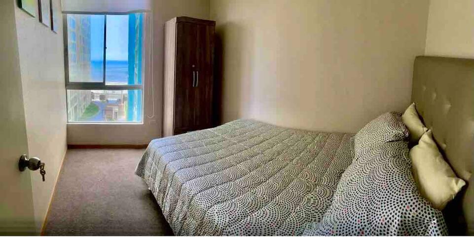- 2do. dormitorio alfombrado con cama 2 plazas.   - Carpeted bedroom with double bed.