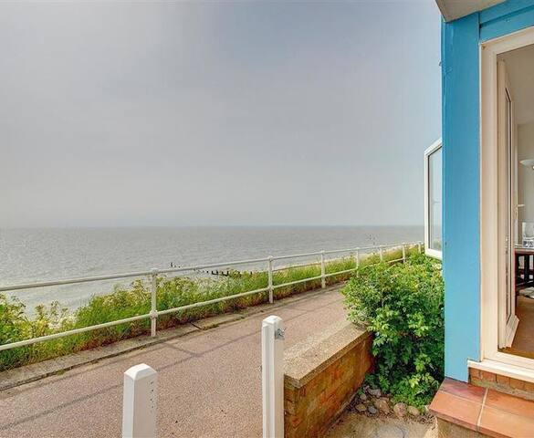 4 East Cliff Beach front flat with beautiful views