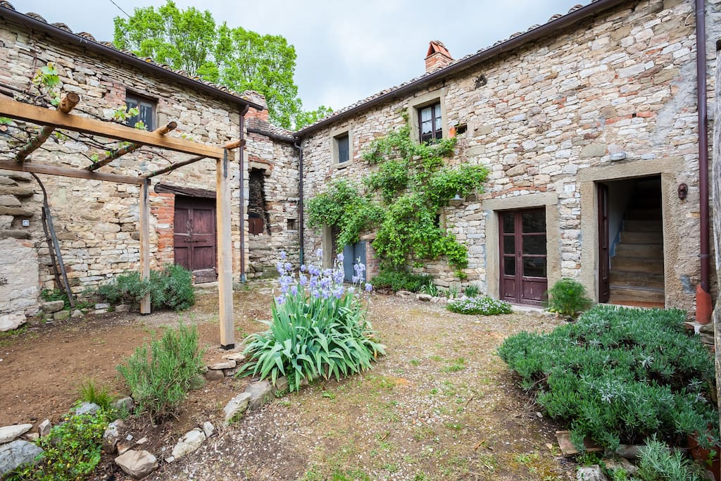 giardino anteriore con pergola