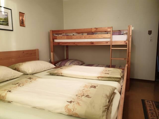 Schlafzimmer/ EG Doppelbett und Stockbett