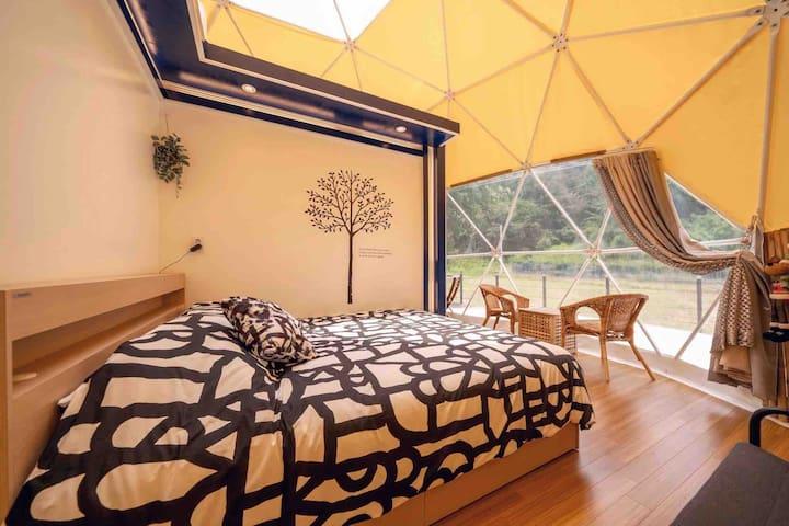 돔하우스 내부전경입니다 킹 사이즈의 침대와 간이티테이블이  마련되어 있습니다