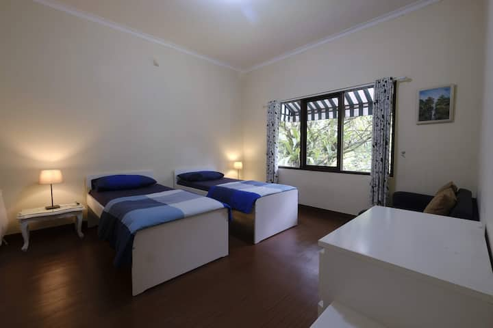 Cozy Room 2nd Floor at Villa Heliconia Rumah Gadog