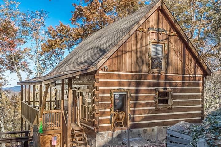 BEAR MOON (Gatlinburg Luxury Log Cabin w/ View)
