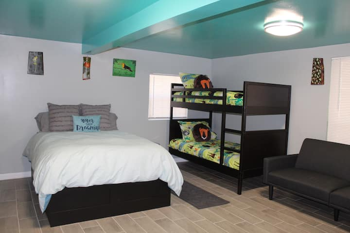 """Arely's Forest"" Cozy & Comfy with on site parking"