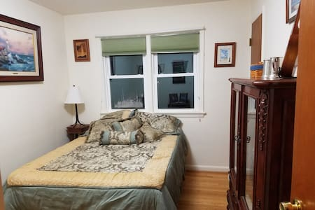 Comfy room in nice home on large quiet lot. - Annandale - House