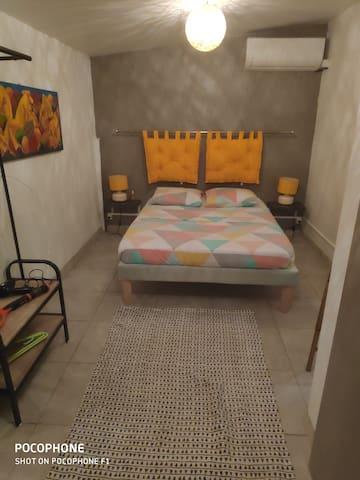 Chambre 3, indépendante, accessible côté jardin. Idéal pour plus d'intimité durant un séjour en groupe.