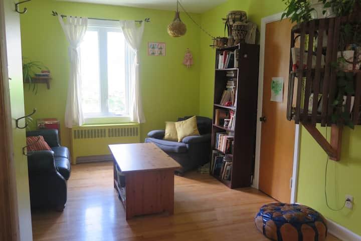 Chambre chaleureuse dans un logement lumineux