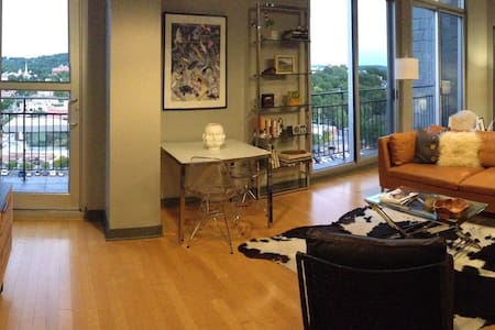 Luxury Art Filled Condo with Unbelievable Views - Fayetteville - Condominium