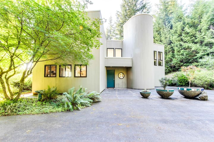 Mid-century home w/floor-to-ceiling windows - great views!