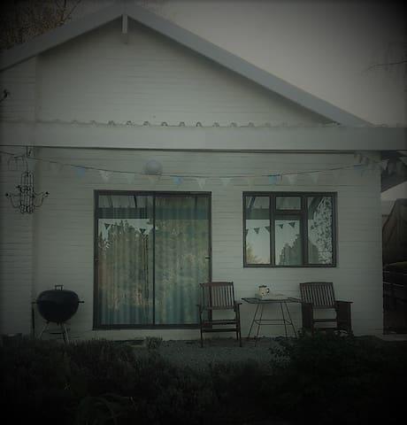 THE BIRDHOUSE - WINDRUSH ON HOGSBACK, 50 Main Rd