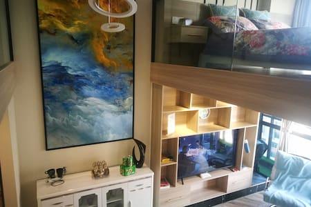 爱彼岸。清馨雅居,北欧风格,豪华装修,朝南阳光充沛2层LOft公寓,55寸智能电视。