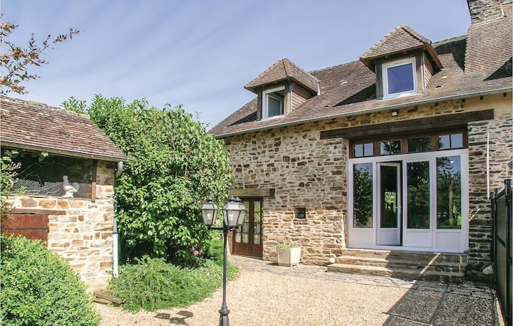 Stunning home in Jumilhac-le-Grand with WiFi, Outdoor swimming pool and 2 Bedrooms