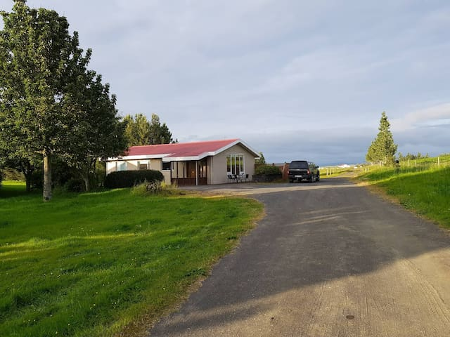 Skeiðháholt cosy country villa with hot tub