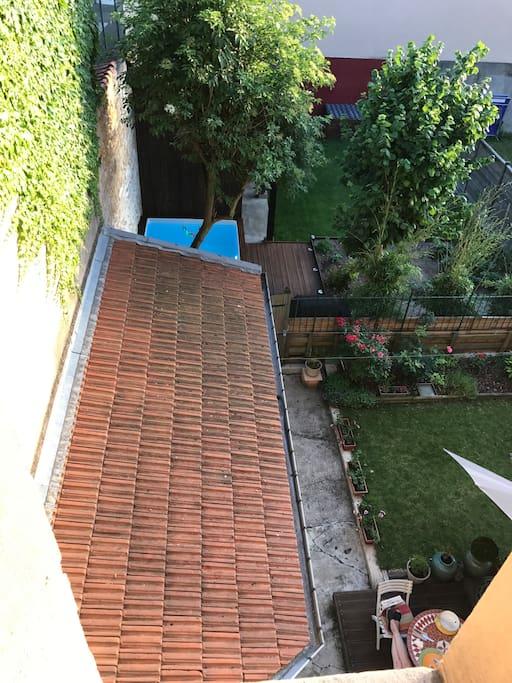 L accès au pool house et à la piscine se fait en longeant le jardinet de la voisine! (Très sympa et prête à s entretenir avec vous en anglais si vous le souhaitez)