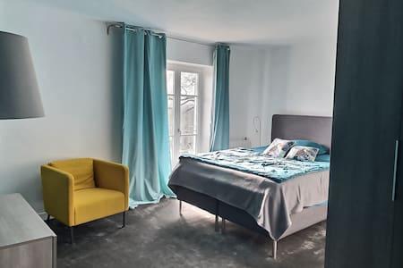 Chambre spacieuse, sobrement décorée,  literie de qualité, salle d'eau et wc privatifs