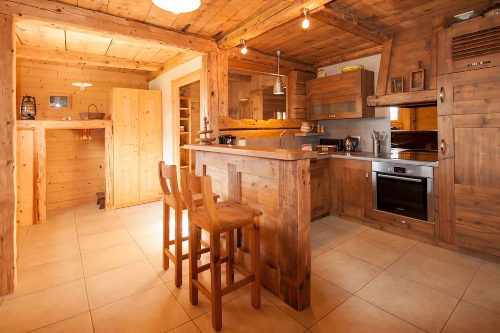 Sas, coin dressing, bar et cuisine vieux bois