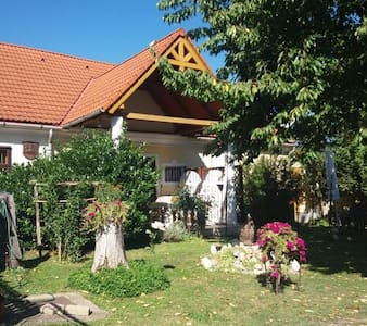 Felújított falusi ház, kellemes környezet