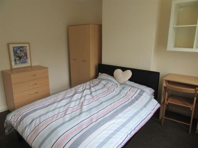 Clean and tidy double bedroom near city centre... - Coventry - House