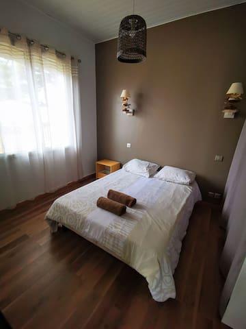 Chambre 1, BASSE MER, avec 1 lit en 140x190, et un lit parapluie pour bebe, dressing.