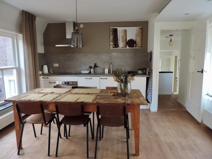Nieuw appartement onder de Lange Jan (2-5 pers)