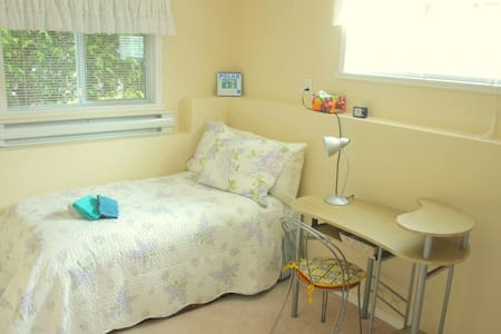 Economical, simple and peaceful stay - Nanaimo