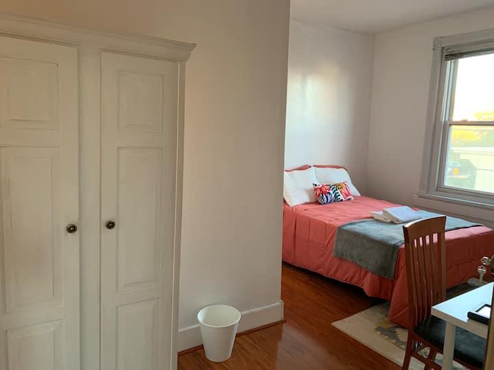 Charming room, take trolley to Uni City & Comcast
