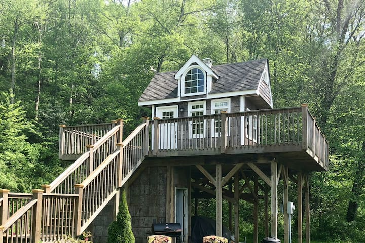 Exclusive Heated Treehouse; 15 min to Asheville!