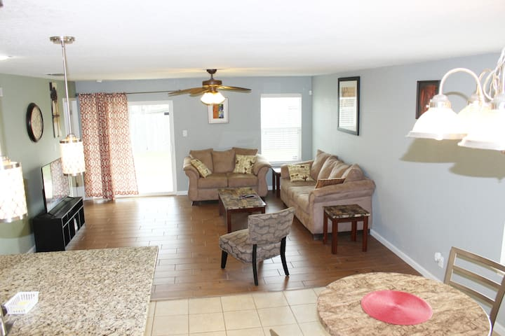Beautiful Entire Home only 1 exit to Lackland AFB.