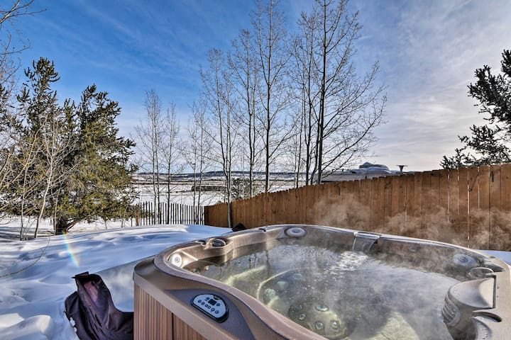 Mountain Retreat w/Furnished Deck, Hot Tub & Views