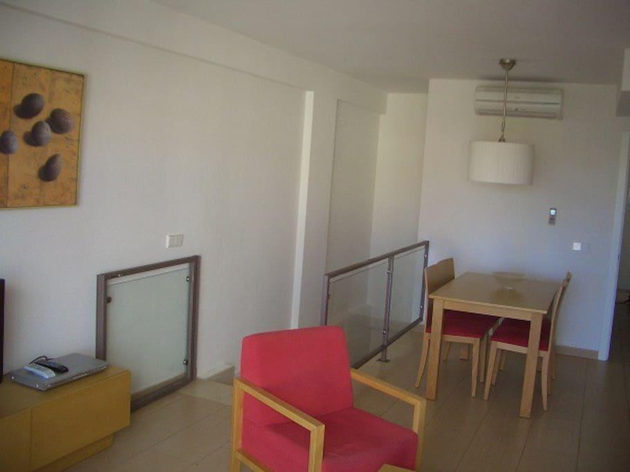 Vardagsrum med matplatsen och trappa ned till sovrum 1 och 2