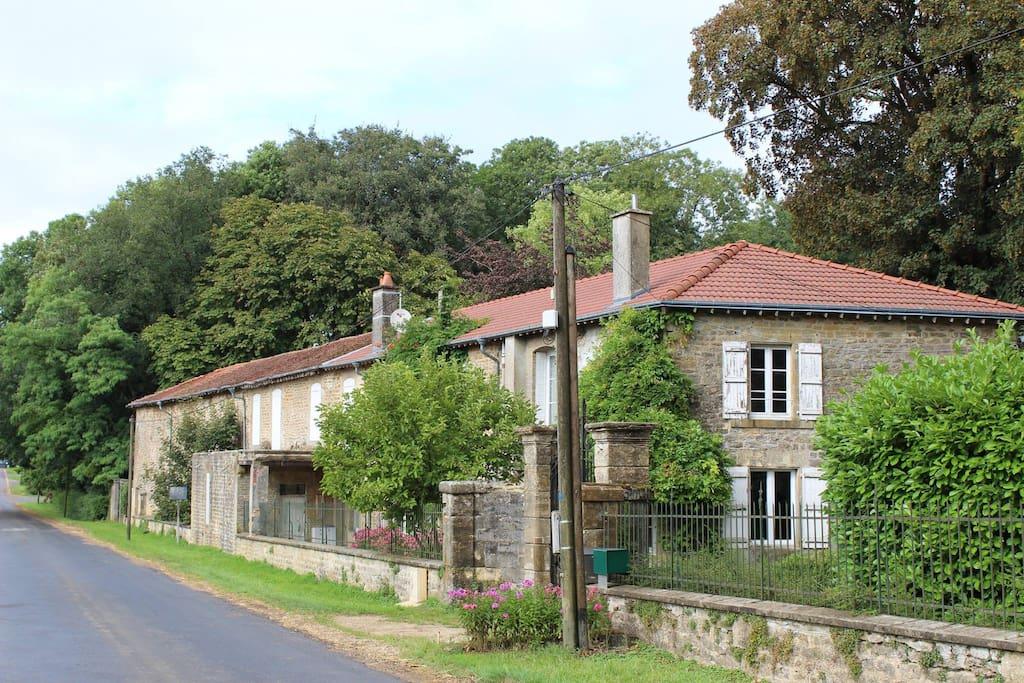 Gîte gebouw gezien vanuit dorpsweg (D24)