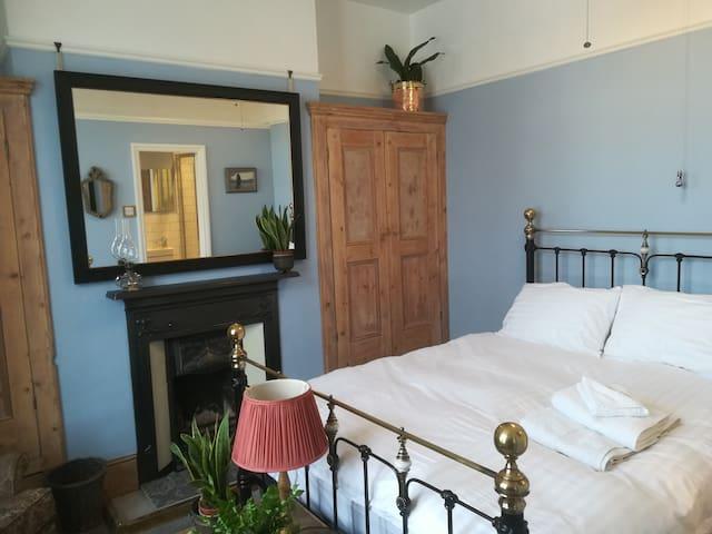 Victorian Romance: king bed, ensuite & breakfast