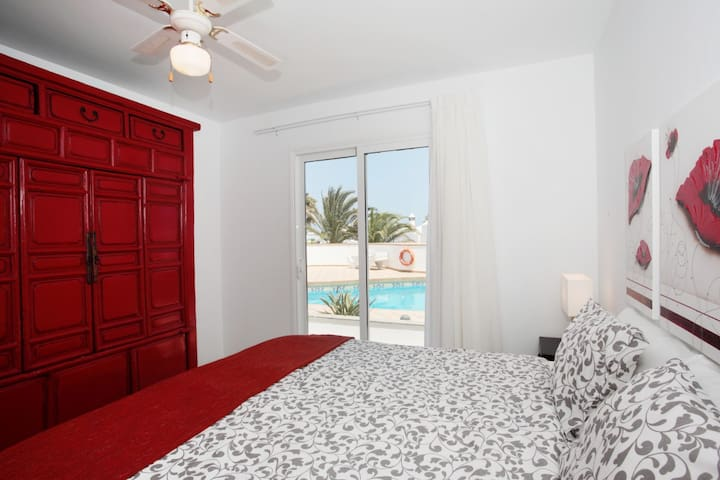 C3- Luxury Bungalow with pool 100 metres from sea!