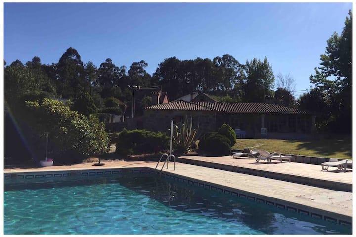 Villa con gran jardín y piscina de uso exclusivo