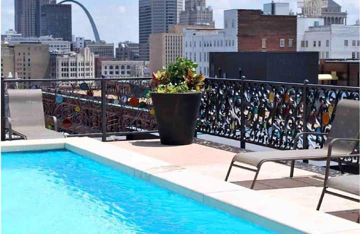 Spacious Downtown loft with seasonal rooftop pool!