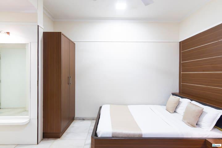 Contemporary Ensuite Triple Room  in Colaba