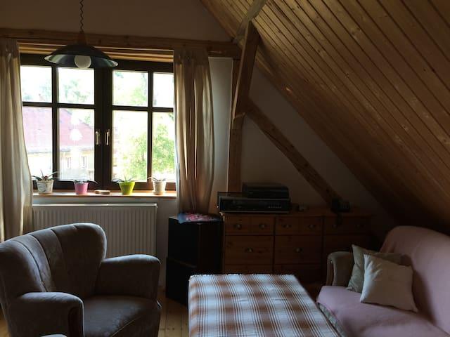 Gemütliches Zimmer mit Blick auf zwei Bergfriede - Kohren-Sahlis - บ้าน