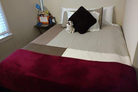 Comfy bed, good sleep, gigabit WiFi - Charlotte - Casa