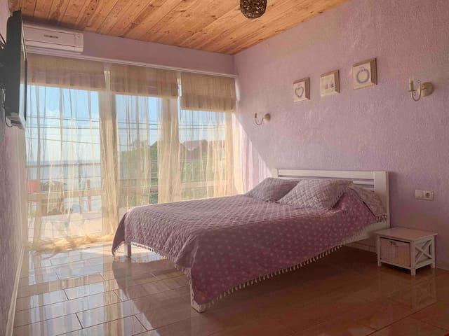 Room-1 ; Комната 1 - большая комната с выходом на террасу и панорамными окнами. Одна двуспальная кровать и один раскладной диван. Есть телевизор, кондиционер, шкаф для Одежды, прикроватные тумбочки. Wi-fi