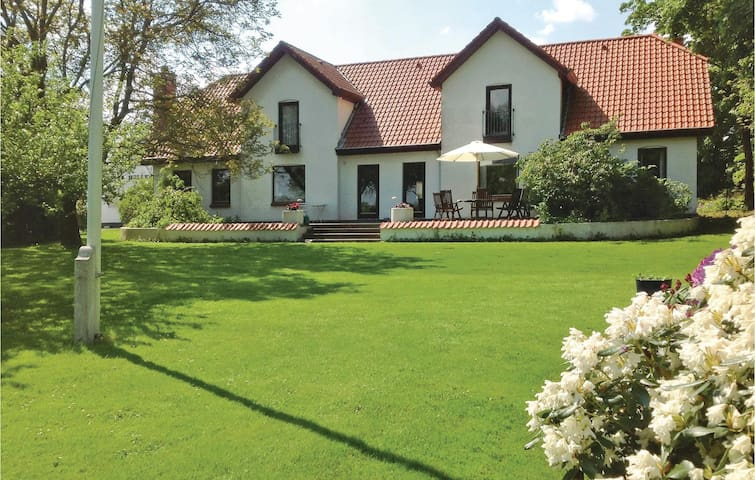 Former farm house with 6 bedrooms on 500 m²