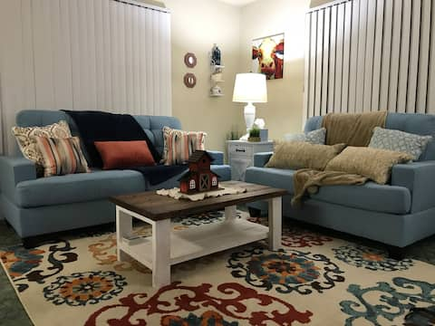 850 sqft Large Private Condo, 7 min from Airport