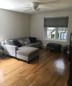 Private room in a clean and well located a Apt. - Hyannis